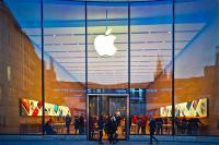 apple-choi-bo-cao-buoc-quet-guong-mat-khach-hang-tai-apple-store